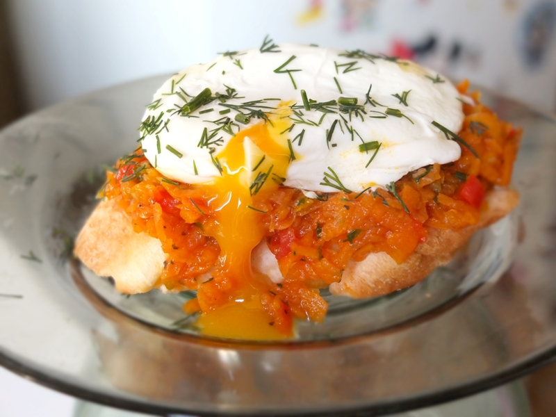 Яйцо пашот и морковная икра на тосте