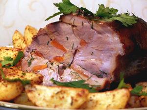 Запеченная свиная шейка и картофельные дольки